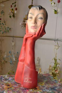 Wonderfull Schaufensterpuppe aus Gips hergestellt. Farbe ist rot mit schwarz. Höhe: 22/ 55cm