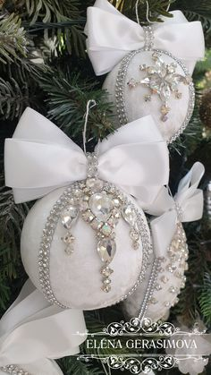 Luxury Christmas Decor, Quilted Christmas Ornaments, Pink Christmas Decorations, Diy Christmas Ornaments, Holiday Crafts, White Ornaments, Homemade Christmas Crafts, Silver Baubles, Decorated Bottles
