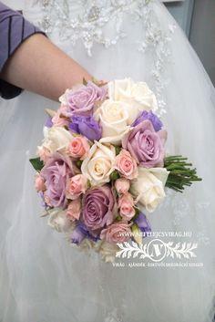 Különleges színű csokor, tele rózsákkal.