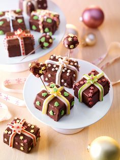 Süße kleine Kuchenstücke in Schokolade mit weihnachtlicher Dekoration für Kinder