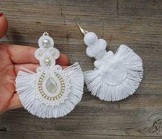 Pendientes realizados en técnica de bordado soutache. Materiales: faceta madre de perla, perlas de vidrio, perlas preciosa, blancas fronterizos, Longitud de pendientes 11 cm. (3,9 pulgadas) Terminado en el revés blanco fieltro. Impregnado. Si usted tiene alguna pregunta, escríbame. Diy Tassel Earrings, Soutache Earrings, Bridal Earrings, Earrings Handmade, Fabric Jewelry, Beaded Jewelry, Antique Jewellery Designs, Shibori, Fashion Earrings