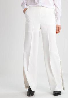 Holzweiler. MELANTO - Bukser - white. Lengde innside ben:81 cm i størrelse S. Lengde:lang. Bukselommer:Sidelommer. Ben ytterside:107 cm i størrelse S. Høyde til midje:høy. Overmateriale:97% polyester, 3% elastan. Mønster:ensfarget. fôr... Fly, Pants, Fashion, Trouser Pants, Moda, Fashion Styles, Women's Pants, Women Pants, Fashion Illustrations