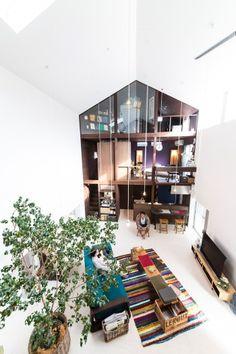 気持ちのいい中庭のような空間をはさんで、向こうに志乃さんの音楽室が見える。1階・キッチン、2階・寝室、3階・音楽室。