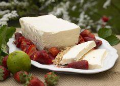 Is på sprød cornflakesbund Dejlig isdessert serveret med limejordbær