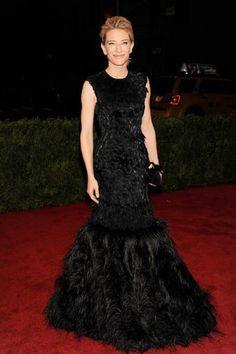 Argumento de impacto em vestidos de gala, as plumas são adorno-chave do red carpet em 2012. Alexander McQueen é a label do longo preto de Cate Blanchett no Met Gala.
