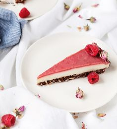 raw cheesecake with raspberries (gluten/flour free-vegan). Love Eat, I Love Food, No Bake Desserts, Dessert Recipes, Superfood, German Baking, Raw Cheesecake, Food Porn, Mindful Eating