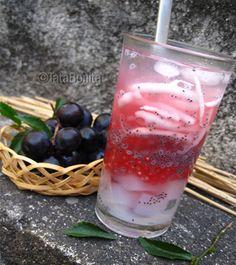 Es kelapa muda là một loại thức uống từ nước dừa tươi, đá, sirô, và cùi dừa được bào mỏng. Đây là đồ uống rất được ưa chuộng tại đất nước Indonesia bởi vị thanh mát.