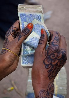 Hargeisa animal market: counting the shillings - Somaliland Horn Of Africa, Eric Lafforgue, Culture Shock, Somali, We Are The World, Consumerism, Henna Designs, Tattoo Inspiration, Shades Of Blue