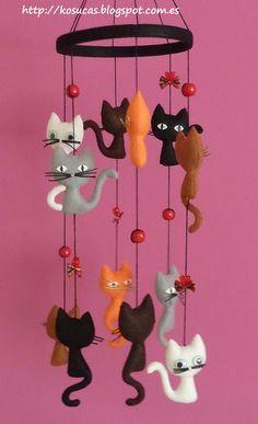 Kosucas : Móvil de fieltro con gatos.