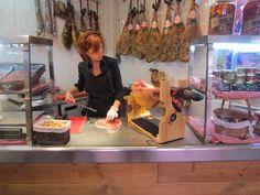 Heerlijke spaanse ham op de markt in Madrid