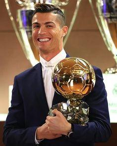 Cristiano Ronaldo beats Lionel Messi to win Fifa best player award! Cristiano Ronaldo Cr7, Cr7 Messi, Cristiano Ronaldo Wallpapers, Cristano Ronaldo, Ronaldo Football, Lionel Messi, Football Soccer, Good Soccer Players, Football Players