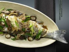 Geschmorter Fisch Shanghai mit Schweinefleisch und Pilzen: Der Mineralstoff- und Vitaminbedarf wird gut gedeckt und eigenet sich auch für Kinder.