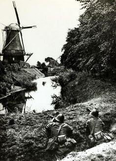 circa 1940 Dutch frontier guards in a concealed trench on the DutchGerman border, pin by Paolo Marzioli Kingdom Of The Netherlands, Wind Mills, Armed Forces, Troops, Diorama, Ww2, Dutch, Army, History