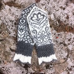 Ravelry: Vivis värmande vantar ( Vivi mittens) pattern by JennyPenny Knitted Mittens Pattern, Knit Mittens, Knitted Gloves, Knitting Socks, Knitting Charts, Knitting Stitches, Knitting Patterns, Wrist Warmers, Hand Warmers