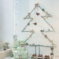 Un sapin de Noël en branches de bois peintes