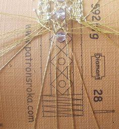In questo foto tutorial vedremo uno dei metodi utilizzati per inserire le perline durante la lavorazione di un braccialetto lavorato a tombolo.