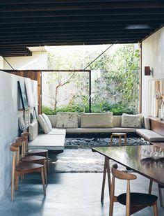 colorido, trazos delgaditos, mueble empotrado de madera y ventanal - the black workshop