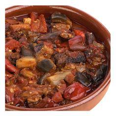 PISTO DE PIMIENTOS Y TOMATE CON ATÚN NEGRO - Ingredientes: 2 tomates, 2 pimientos rojos, 2 pimientos verdes, 2 berenjenas, ½ cebolla,  aceite, 30 g piñones, pimentón rojo,  2 hojas de laurel, 30 g tomate frito, sal, 750 g atún negro. Pochar cebolla rallada. Añadir pimiento, berenjena, tomate, y pochar. Añadir pimiento rojo, piñones, laurel y tomate frito. Voltear todo y al final añadir el atún negro. Remover para que no se pegue. Receta: Xaro Piera. FOTO: Manolo Fotogràfs