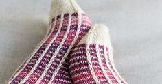 """Tällä kertaa sukkalangan väri valikoitui paletin violetilta puolelta. Jossain päin Internettiä olin törmännyt hauskaan """"kerrosrivinousu""""-mal... Knitting Projects, Knitting Stitches"""