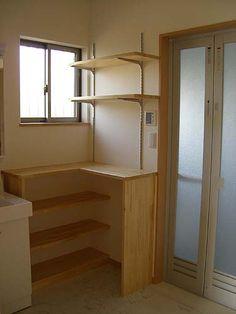洗面所にちょっとした棚を設けました。タオルを置いたり、衣類を収納する為の棚です。衣類の収納は、市販のカゴなどを利用します。造作家具より安く出来ますよ。 愛知県 設計事務所 安城市・岡崎市・刈谷市・豊田市の家づくりなら住宅専門 一級建築士事務所の 「翔・住空間設計」へ!【こだわり...
