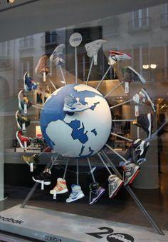 POP-professor: Reebok etalage display Amalia: me gusta por la combinacion y el diseño que representa la bola del mundo y las zapatillas