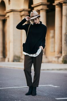 Sale: Winter Essentials | Fashion Blog from Germany. White blouse+dark brown pants+black printed ankle boots+black sweater+came hat+black chain shoulder bag. Fall Workwear Outfit 2016
