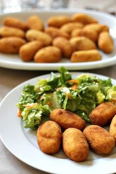 Traditional croquetas, in Spain, are usually made with béchamel. They are typical tapas dishes, especially filled with jamón, chicken or cod. Bechamel, Chicken Croquettes, Pollo Chicken, Tapas Dishes, Paella Recipe, Healthy Lunches For Kids, Cuban Recipes, Tapas Recipes, Cooking Recipes