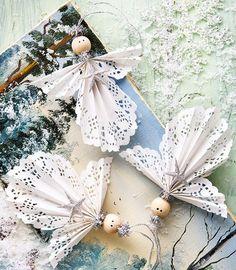 Finaste pysselmaterialet finns i närmaste matbutik. Skirt och sirligt tårtpapper sätter spetskant på julen och förvandlar vardag till fest. Av Anna Örnberg Foto Tommy Durath