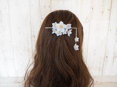 春を呼ぶクリスマスローズのマジェステ・サックス(かんざしバレッタ) Hair Clay, Asian Clothes, Headgear, Diy Ideas, Chinese, Costume, Jewellery, Traditional, Earrings