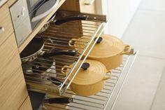 モダンリビング賞を受賞したナラのステンレスバイブレーションのキッチン。ガスコンロ:リンナイ DERICIAグリレ、キッチン:ナラ板目突板練り付け、オイル塗装仕上げ。ワイヤーシェルフHAFELE