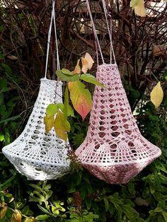 Lindevrouwsweb: Haakpatroon Kroonluchter Alexia Crochet Lampshade, Crochet Humor, Funny Crochet, Crochet Wall Hangings, Christmas Crochet Patterns, Boho Diy, Diy Crafts, Christmas Ornaments, Knitting