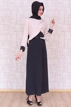 Omuzu Düğmeli Bej Elbise, polyester kumaştan, astarsız ve 140 cm boyunda Pay Butik tarafından üretilmiştir.