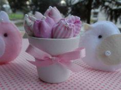 Micro Vasinhos em cerâmica, pintados em branco, decorados com fitinha de cetim, preenchido com aproximadamente 7 mini tulipas em tecido.  Ótima opção para lembrancinha!  Ótima opção para decorar com delicadeza!!      Podemos modificar as cores das flores, consulte-nos!!    ***VALOR REFERENTE A UNIDADE DOS MICRO VASINHOS COM TULIPAS, OS PASSARINHOS NÃO ESTÃO INCLUSOS R$ 10,00