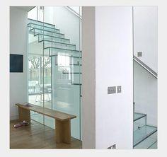 Wer weiß wie diese Treppe aus Glas befestigt wurde? #Glass #Stairs #GlassStairs