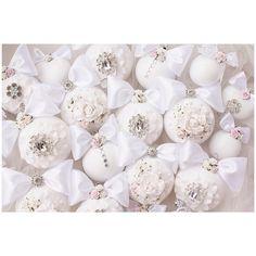 Белее белого❄️Очень люблю фотографировать белые шары,как они сливаются с фоном , именно СЛИВАЮТСЯ!и становятся единым целым ,и лишь розовые розочки  разбавляют эту картину ❄️выполнено на заказ.