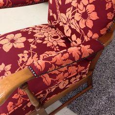 Neu bezogener Stuhl mit Ziernägel