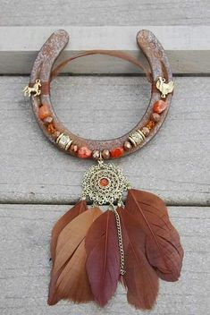 Rusted horseshoe with beautiful gold metal/orange crystal with 5 feather pendant. Gold plated horse and western saddle on the top. Orange and brown glass beads Más Horseshoe Projects, Horseshoe Crafts, Horseshoe Art, Beaded Horseshoe, Western Crafts, Western Decor, Diy Wanddekorationen, Deco Originale, Feather Crafts