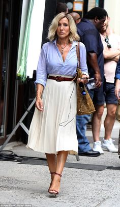 Daily Style Directory - - Sarah Jessica Parker: White Skirt, Blue Shirt, Brown Belt and a straw bag for the pre-fall outfit w - Estilo Carrie Bradshaw, Carrie Bradshaw Outfits, Carrie Bradshaw Shoes, Komplette Outfits, Summer Outfits, Fashion Outfits, Fashion Trends, Work Outfits, Fashion News