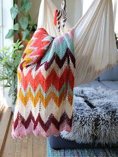 Luftig babyteppe i glade farger i myk Pickles Pure Thin Alpaca. Dette teppet er enkelt å strikke og blir utrolig dekorativt.