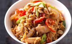 """Nasi goreng, que significa """"arroz frito"""" é por vezes considerado o prato nacional da Indonésia, embora haja versões semelhantes em vários países da Ásia."""