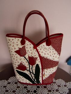 tulipanos taska by juhaszneaniko, via Flickr Tote Purse, Tote Handbags, Purses And Handbags, Beautiful Bags, Quilt Bag, Fabric Purses, Fabric Bags, Quilted Tote Bags, Patchwork Bags