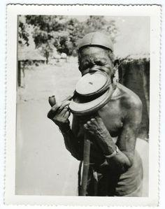 photo-Afrique-portrait-de-femme-a-plateau-Africa-woman-vers-1950-tribus-ethnies