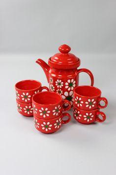 Une vaisselle floral définie depuis les années 70 par la fabrication de Wächtersbach. Il se compose d'un pot de café avec couvercle et 6 tasses. Le harnais est en très bon état, jusquà ce que sur une coupe, qui a une petite puce sur le bord (voir photo)  Un beau cadeau pour Vintagelover.  Fabricant : Wächtersbacher céramique marquée  Dimensions : Cafetière: env. 23 cm de hauteur avec couvercle | 9,05 pouces Hauteur de tasse: env. 6,5 cm | 2,55 pouces  Poids: g 2247  Pour économiser les…