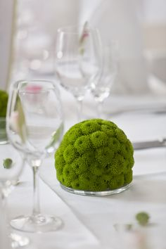 grüne Chrysanthemen-Kugel als Tischgesteck
