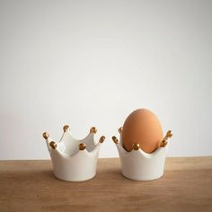 Set of two / Henry the Egg Cup - Eierbecher und Keksdosen - Ceramic Cups, Ceramic Pottery, Ceramic Art, Diy Clay, Clay Crafts, Eggs And Soldiers, Egg Holder, Ring Holders, Egg Cups