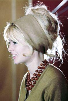 Les cheveux décoiffés sont encore aujourd'hui prisés autant dans les défilés que par les férues de la mode. https://vieuxneufrecycle.wordpress.com/2016/02/27/icones-de-mode-brigitte-bardot/