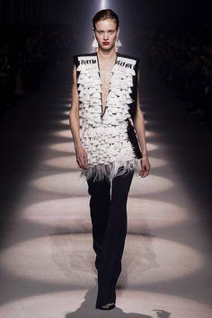 Givenchy Fall 2020 Ready-to-Wear Fashion Show - Vogue Fashion Week Paris, Fashion 2020, Fashion News, Fashion Trends, Fashion Inspiration, Women's Fashion, Couture Mode, Style Couture, Couture Fashion