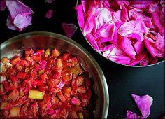 brzuch posypany makiem: custard, rabarbar i płatki róż