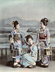 Hunting Fireflies by Kajima Seibei The black and white photograph of three hangyoku (young geisha) from the Shinbashi geisha district of Tokyo hunting fireflies, was taken in 1897 by Kajima Seibei. Hand-colored when? Japanese Photography, Old Photography, People Photography, Kimono Chino, China, Old Photos, Vintage Photos, Geisha Japan, Kyoto Japan