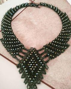 Yeşil kristalli kolyenin açık halifantaziküpe #miyukidelica #bohemianstyle #bohemianfashion #hediye #satış #sipariş  #bakır #inci #gelin… Beading Patterns Free, Beaded Jewelry Patterns, Crochet Patterns, Jewelry Sets, Jewelry Making, Crochet Necklace, Beaded Necklace, Knitted Bags, Schmuck Design